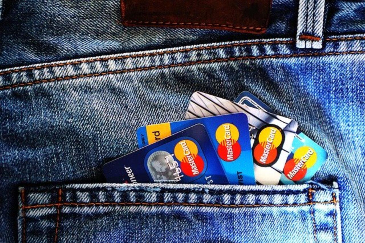 Karty kredytowe a debetowe